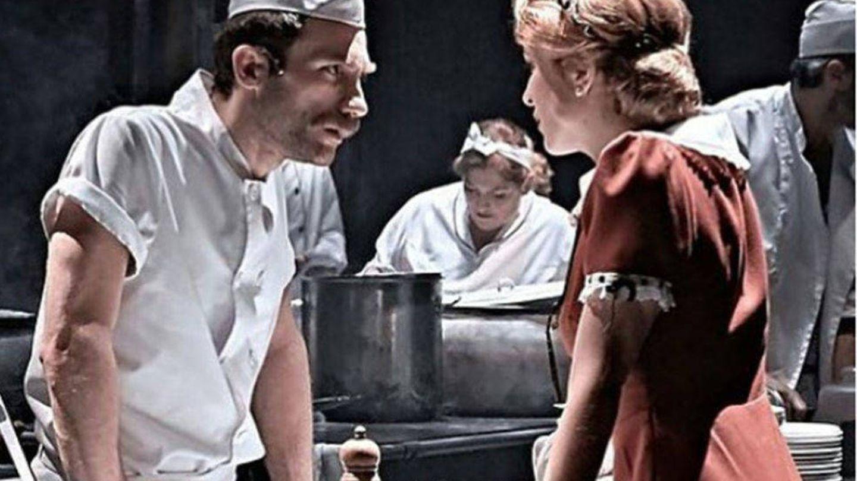 Los actores durante la representación de la obra que los unió.