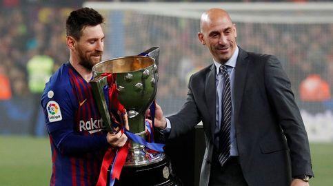 El Barcelona, primer campeón de Liga que recibe el trofeo tras ganarlo