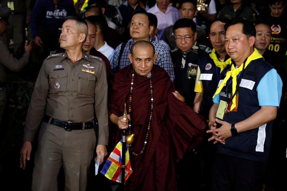 Foto: El monje Phra Khuva Boonchum, una celebridad en Tailandia, sale de la cueva de Tham Luang, el 4 de julio de 2018. (Reuters)