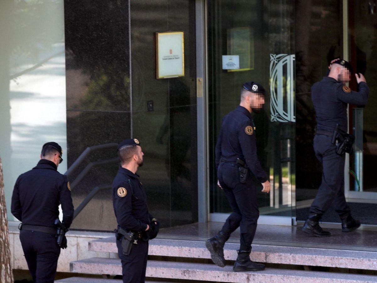 Foto: Agentes de la Guardia Civil acceden a la sede del Consell Catalá de l'Esport. (EFE)
