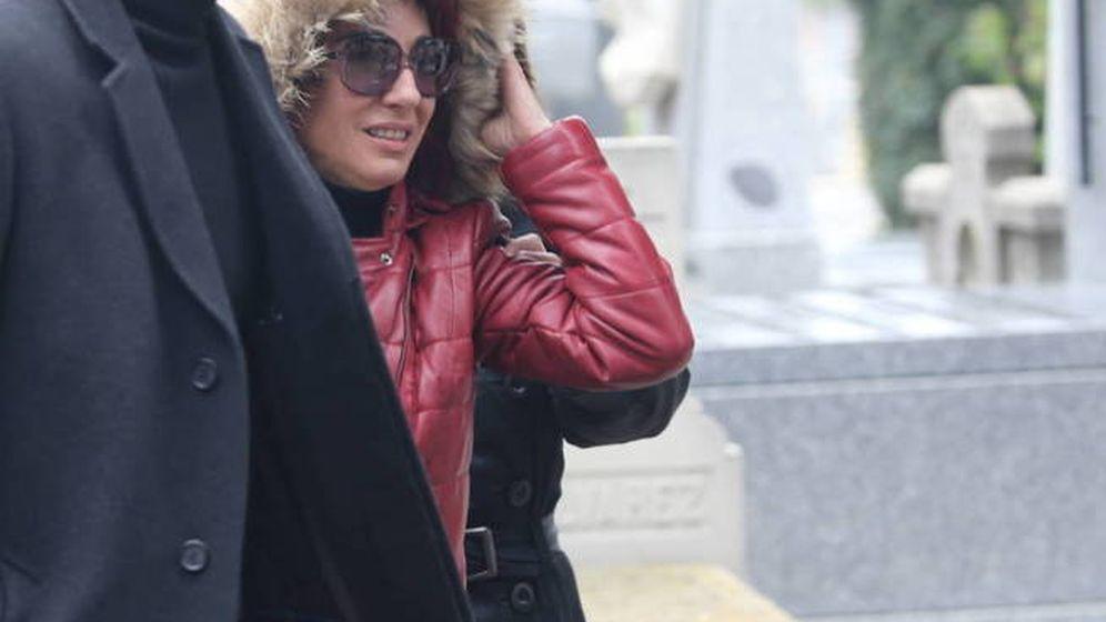 Foto: Nuria, novia de Fran Álvarez, durante el entierro de su  pareja. (José Martín)