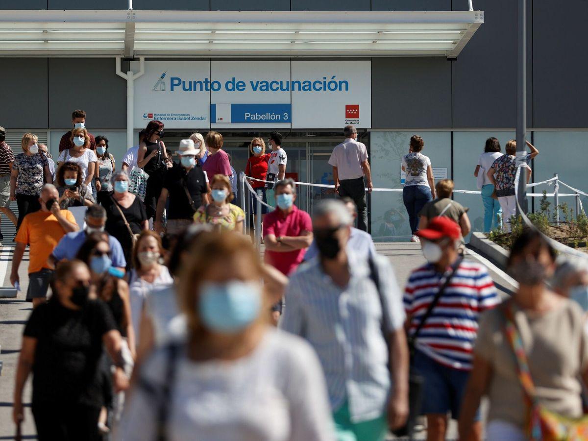 Foto: Centenares de ciudadanos esperan su turno para vacunarse en el hospital Enfermera Isabel Zendal. (EFE)