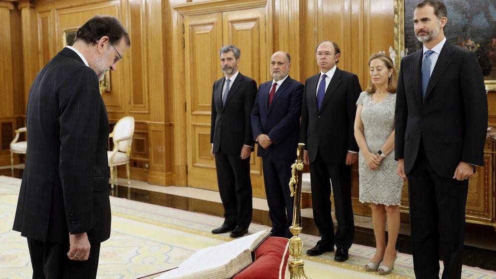 Foto: El reelegido presidente del Gobierno, Mariano Rajoy (i), momentos antes de jurar el cargo ante el Rey. (EFE)