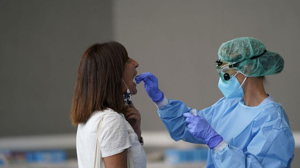 Foto: Una enfermera toma una muestra para una prueba PCR en Azpeitia (Guipúzcoa). (EFE)