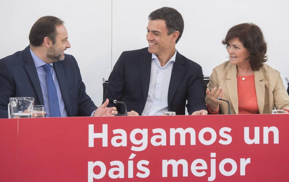 Foto: Pedro Sánchez, junto a José Luis Ábalos y Carmen Calvo, este 21 de mayo de 2018 en la reunión del plenario de la ejecutiva federal del PSOE.