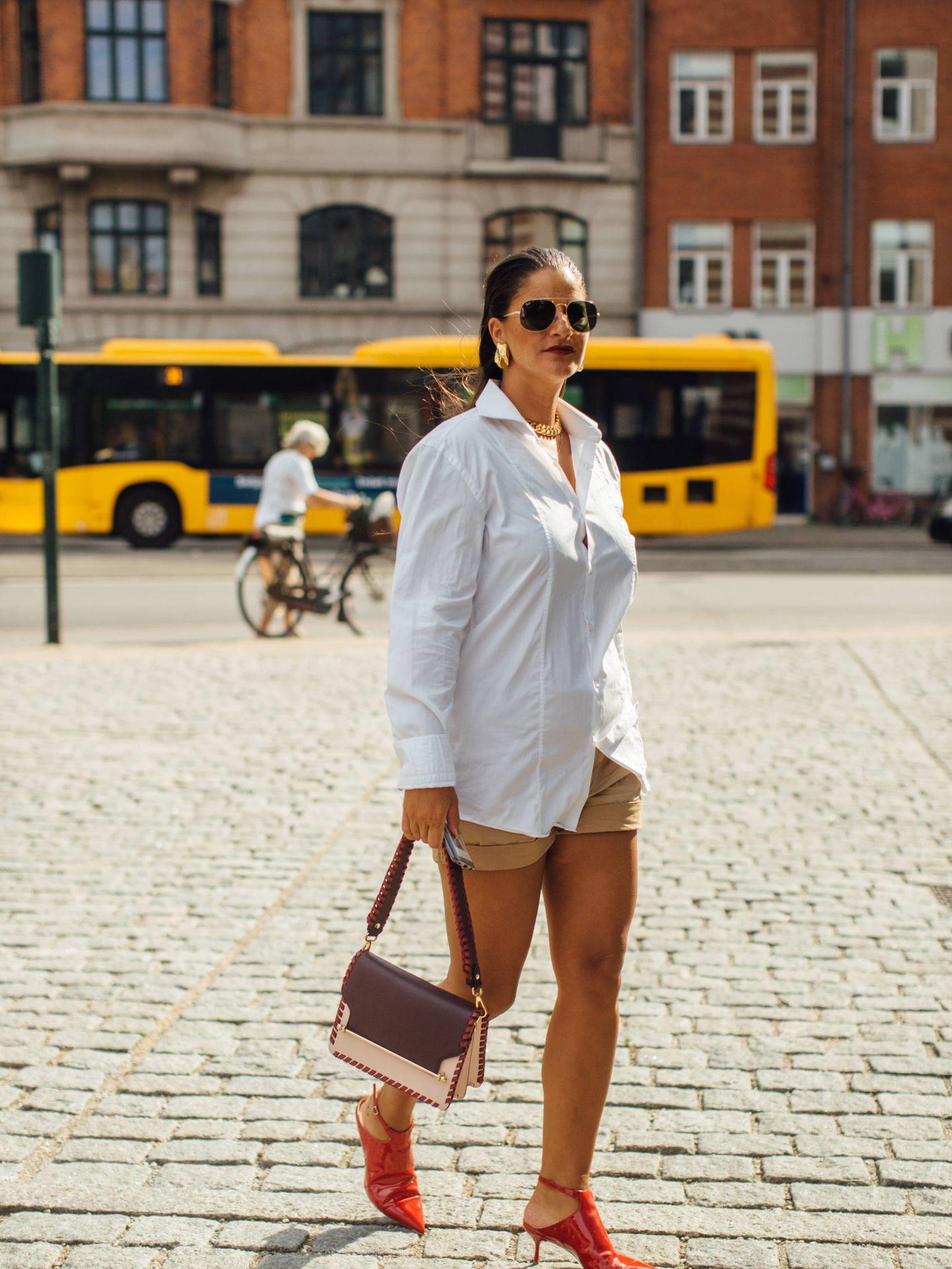 La camisa blanca en tamaño XL. (Imaxtree)