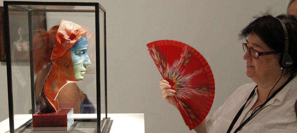 Foto: Una visitante durante la exposición de Salvador Dalí. (Efe)