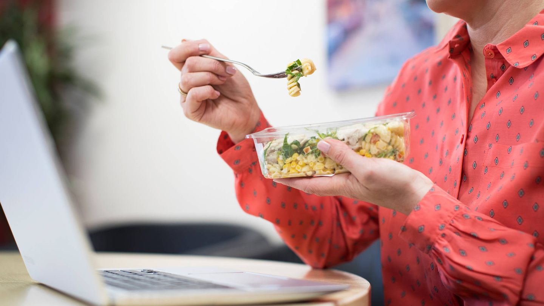 No prestar atención a lo que comemos es un problema para perder peso (iStock)