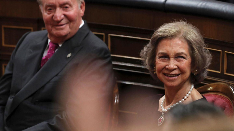 Los Reyes eméritos, Juan Carlos y Sofía, en el hemiciclo del Congreso. (EFE)