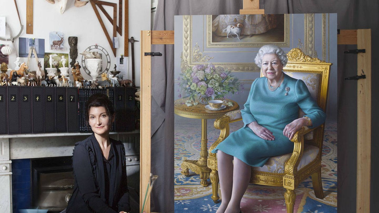 Miriam Escofet, posando junto al retrato de Isabel II. (Foto: Aliona Adrianova)