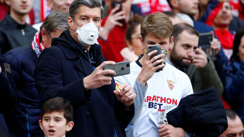 Aficionados del Sevilla Club de Fútbol, con mascarillas. (Reuters)