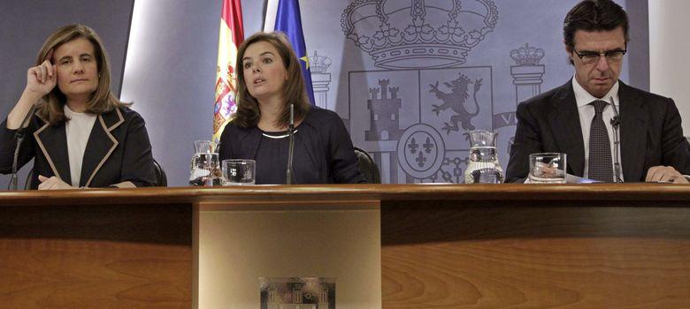 Foto: La vicepresidenta del Gobierno, Soraya Saénz de Santamaría, y los ministros de Industria y Empleo (Efe)