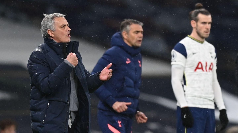 Mourinho a punto de dar entrada a Gareth Bale al terreno de juego. (Reuters)