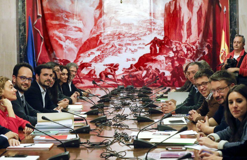 Foto: Los equipos negociadores de PSOE, IU-UP, Compromís y Podemos, este 22 de febrero en la sala Sert del Congreso. (EFE)