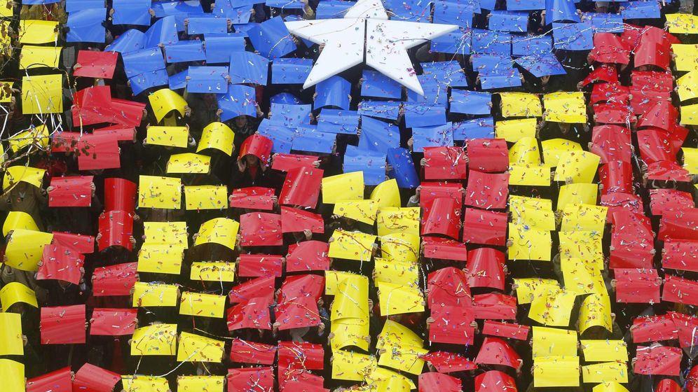 Foto: Una estelada gigante, durante una manifestación a favor del referéndum. (Reuters)
