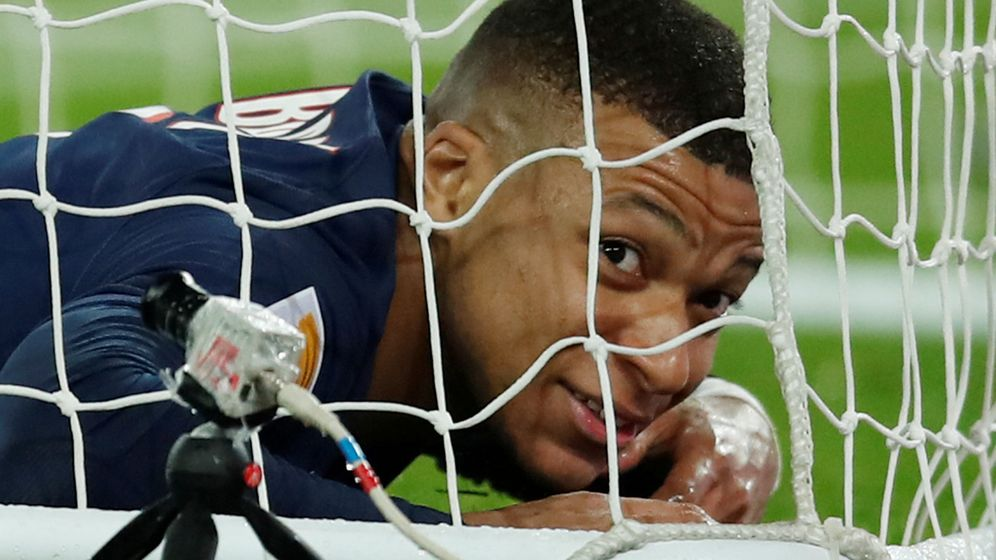 Foto: Kylian Mbappé tendido en el césped y dentro de la portería en un partido con el Paris Saint Germain. (Efe)