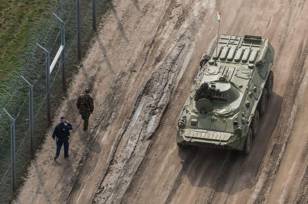 Foto: Personal del ejército húngaro patrulla la frontera con Serbia, cerca de Roszke. (EFE)