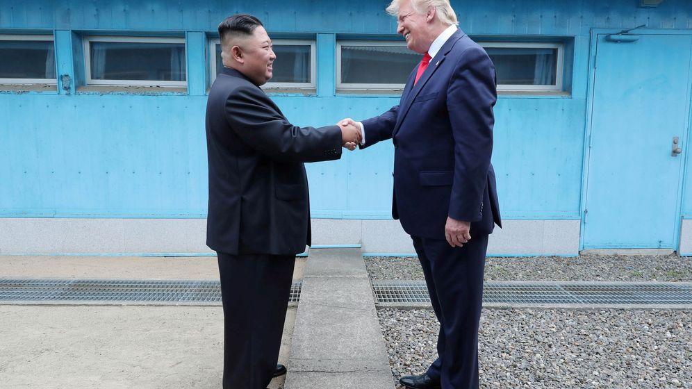 Foto: Donald Trump y Kim Jong-un se encuentran en la zona desmilitarizada que separa las dos Coreas. (Reuters)