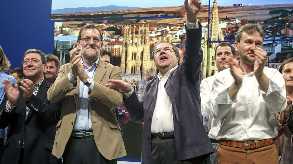 Foto: El presidente del gobierno, Mariano Rajoy, junto al candidato del PP a la reelección de la Presidencia de la Junta de Castilla y León, Juan Vicente Herrera (en el centro). (Efe)