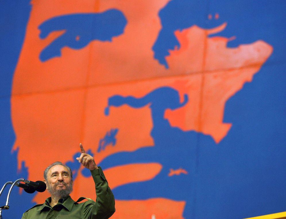 Foto: Fidel Castro habla frente a un mural del Che Guevara durante un acto en La Habana, en junio de 2005 (Reuters)