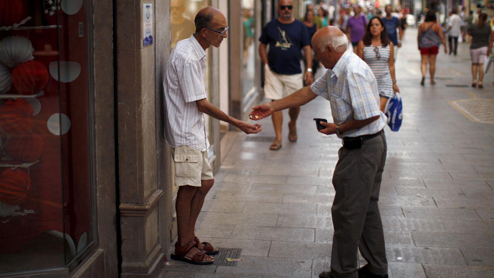 Foto: Un hombre pide dinero en el centro de Ronda. El sur de España concentra el mayor número de municipios pobres. (Reuters)