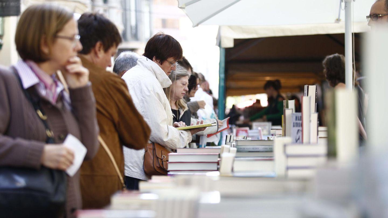 Los ciudadanos toman las calles catalanas en una soleada diada de sant jordi