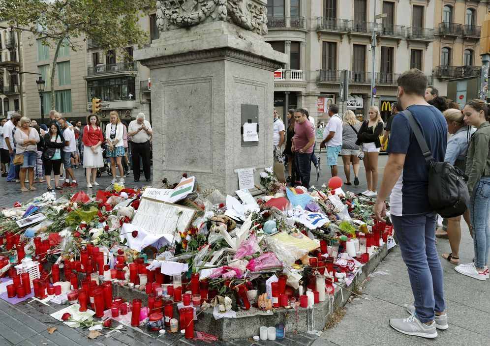 Foto: Memorial con flores a las víctimas del atentado terrorista de Barcelona, situado al comienzo de las Ramblas. (EFE)