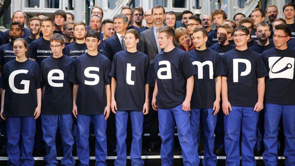 Foto: Varios empleados de Gestamp, junto al presidente, Francisco José Riberas, y el Rey en una imagen de archivo. (Reuters)