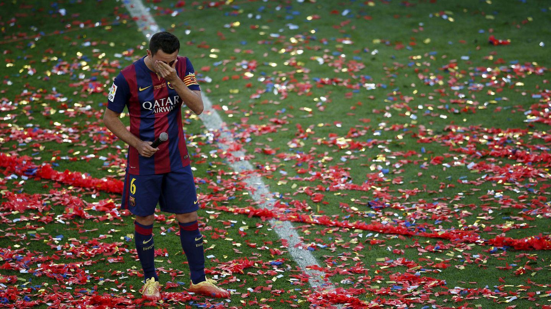 Xavi Hernández rompe a llorar en su despedida del Camp Nou, en 2015. (Reuters)