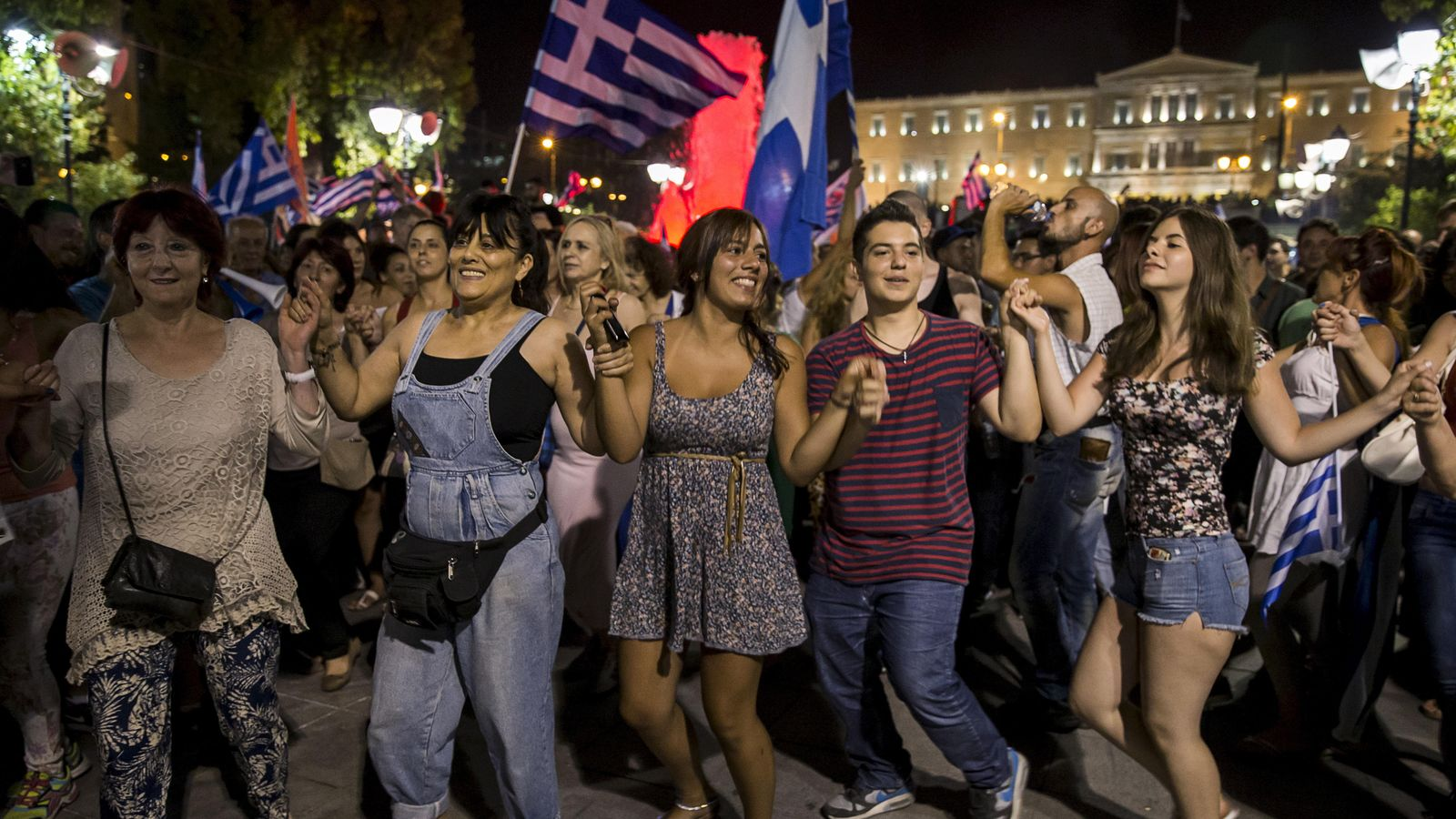 Foto: Partidarios del 'no' bailan en Atenas tras conocer su victoria en el referéndum del domingo en Grecia. (Reuters)