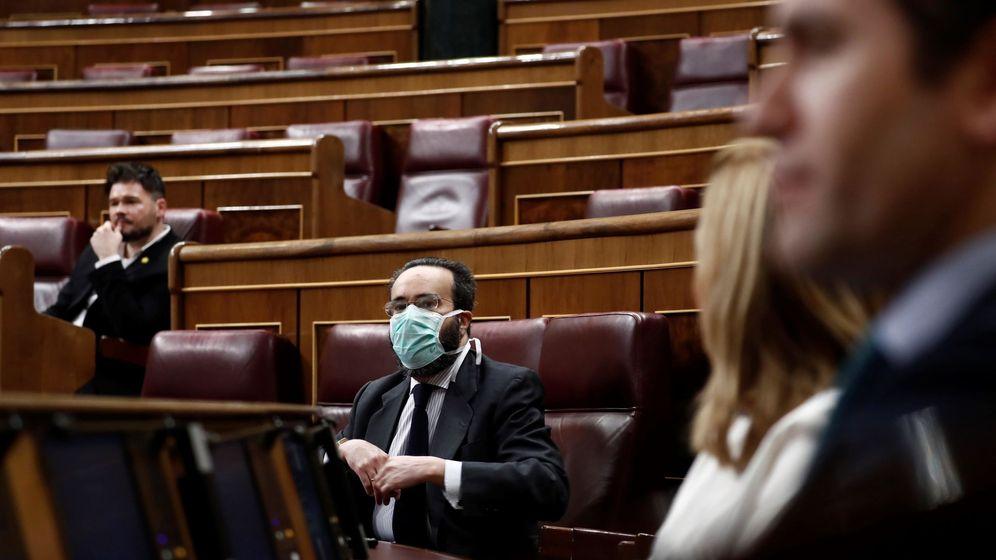 Foto: Pedro Sánchez, en primer plano, en un Congreso semivacío con algunos diputados con mascarilla. (EFE)