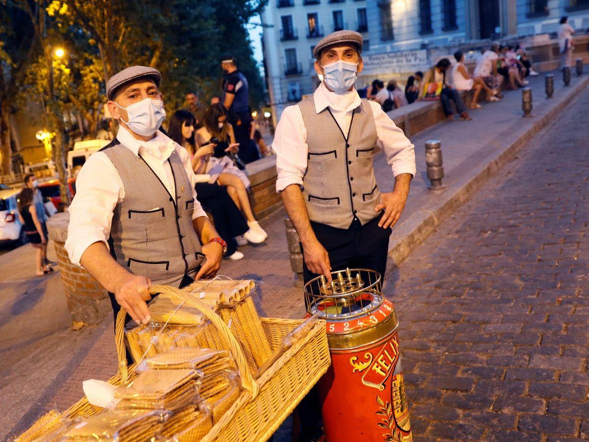Foto: Chulapos en la jornada inaugural de las fiestas de San Cayetano, San Lorenzo y La Paloma (EFE)