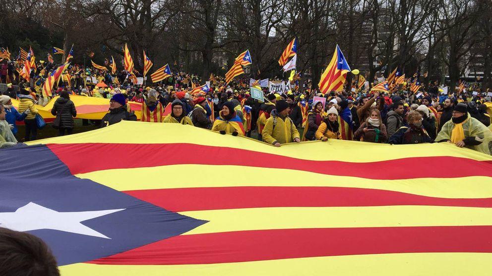 La cabeza de lista del PP en Lleida, Marisa Xandri, tira una estelada a la basura