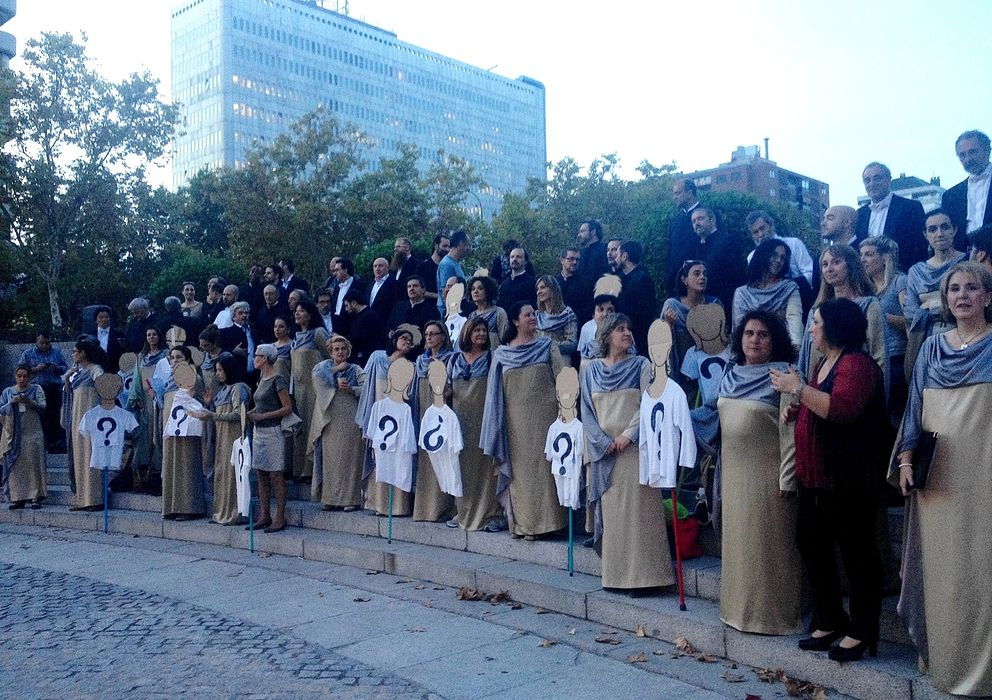 Foto: Concentración de los miembros del Coro Nacional de España a la puertas del Auditorio Nacional de Música, ayer (P.C.)
