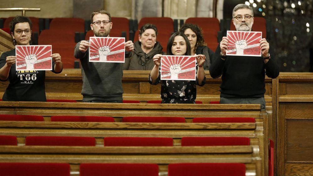 Foto: Diputados de la CUP protestan en el hemiciclo. (EFE)