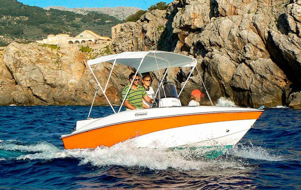 Foto: Una familia navega en una barca de alquiler sin licencia.