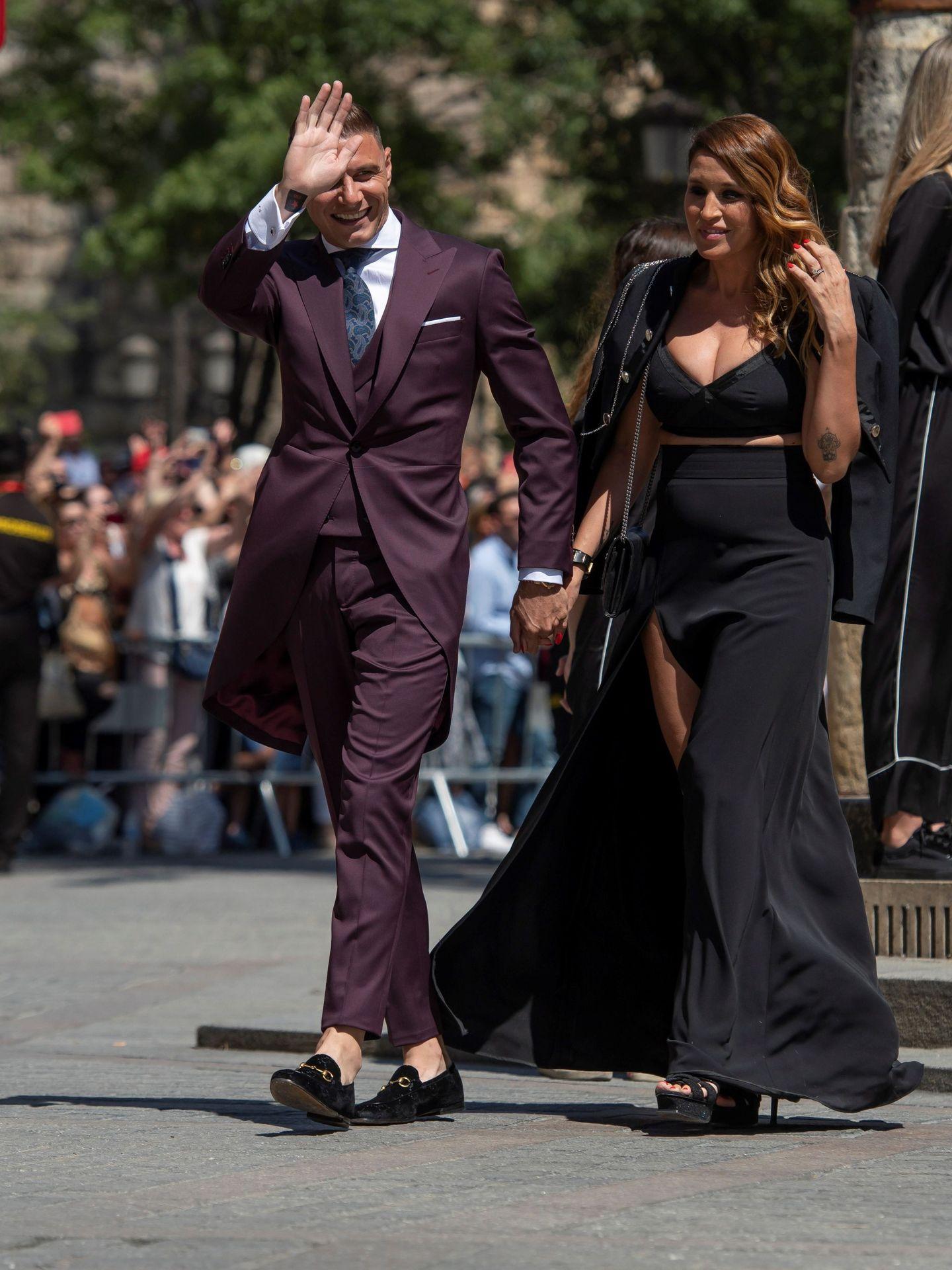 Joaquín Sánchez y su pareja, a su llegada a la catedral de Sevilla. (EFE)