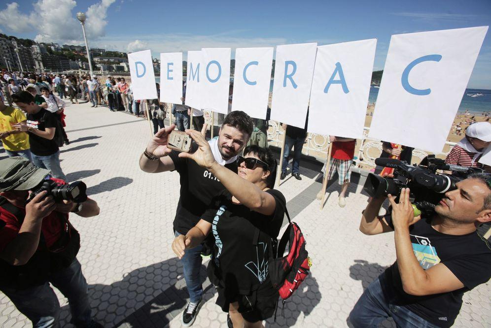 Foto: Rufián se hace un selfie con una fan antes de participar en la cadena humana soberanista en San Sebastián. (EFE)