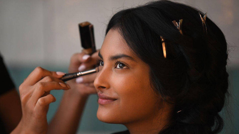 Preparar la piel antes del maquillaje mejora su adherencia y puede potenciar su luminosidad. (Getty)