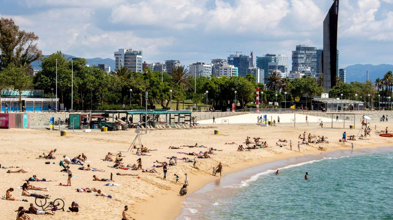 Estado de una playa en Barcelona. (EFE)