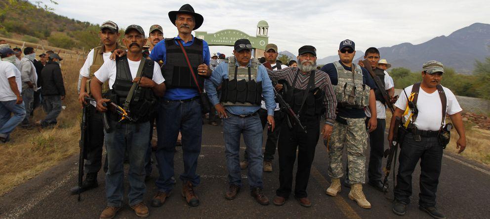 Foto: Jose Manuel Mireles (tercero por la izquierda) posa con miembros de las autodefensas en Churumuco (Reuters).
