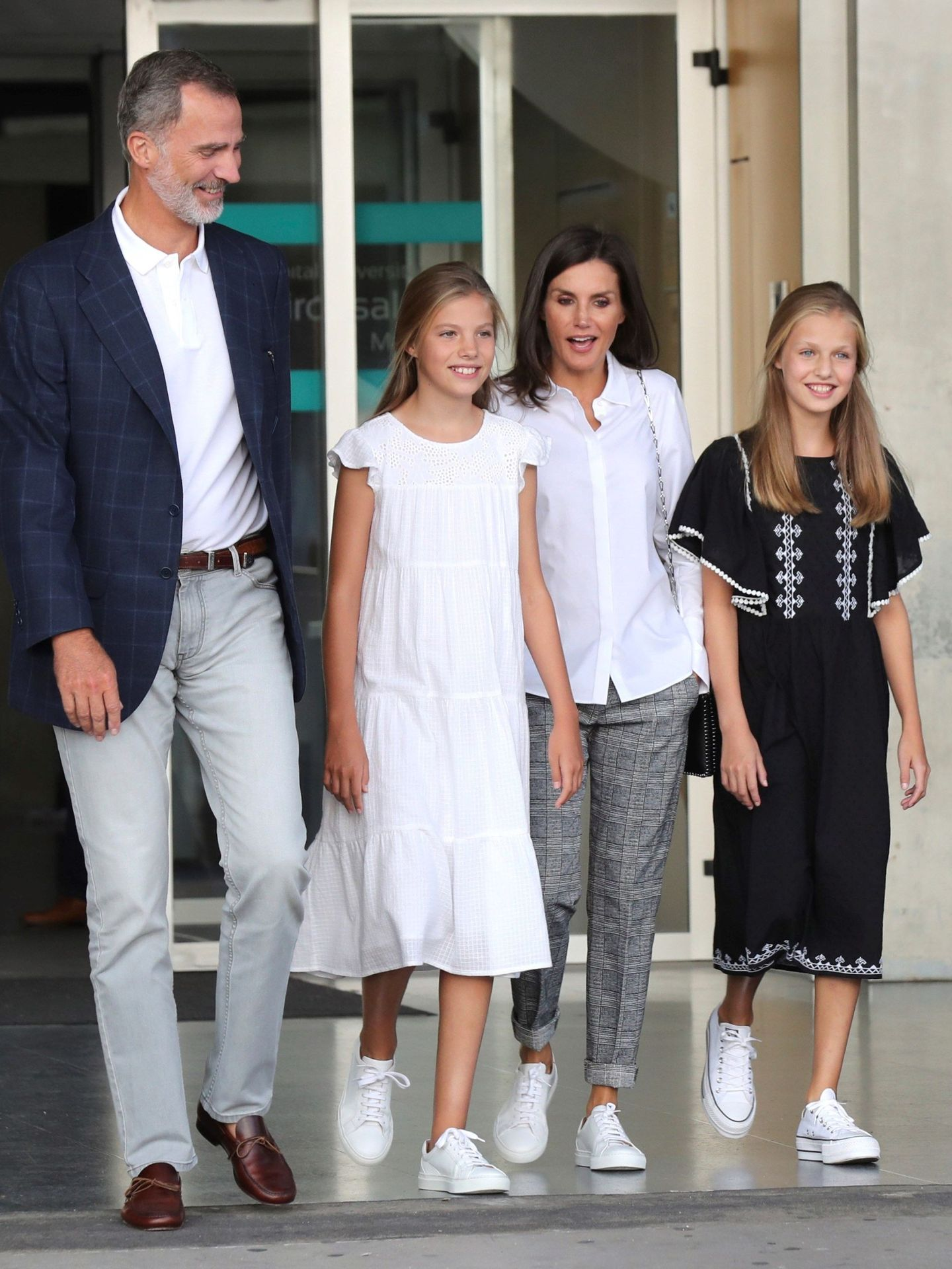 Los reyes Felipe y Letizia, junto a sus hijas a la salida del Hospital Clínico Quirón. (EFE)