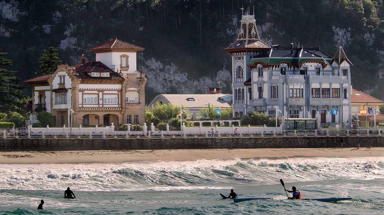 Casonas de indianos en la playa de Santa Marina. (Foto: Turismo de Ribadesella)