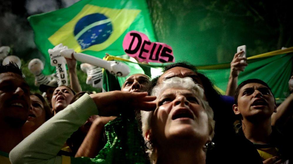 Foto: Simpatizantes del candidato a la presidencia de Brasil Jair Bolsonaro celebran su victoria. (EFE)