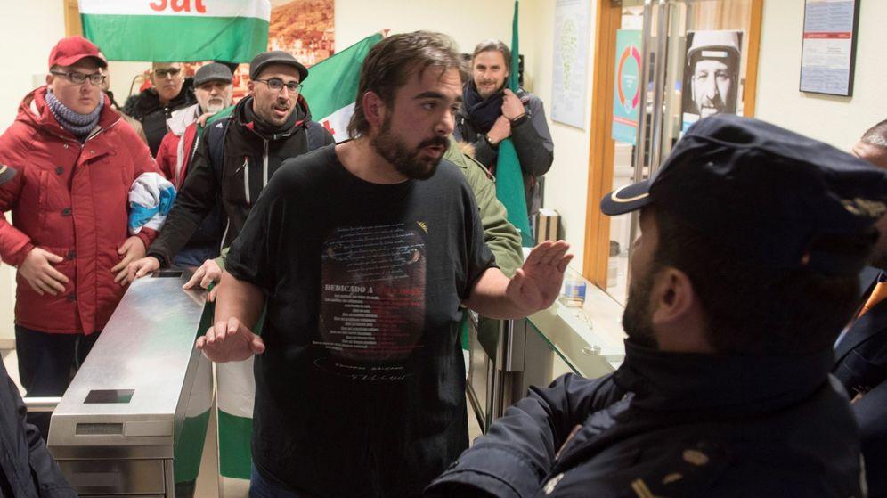 Foto: El secretario general del Sindicato Andaluz de Trabajadores (SAT), Óscar Reina, junto a varias decenas de miembros del sindicato. (EFE)