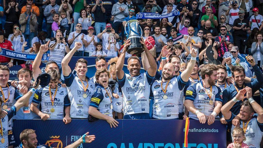 Foto: El VRAC recibe el título de campeón de la Copa del Rey de rugby tras ganar en la final a El Salvador. (Final Copa del Rey de Rugby València)