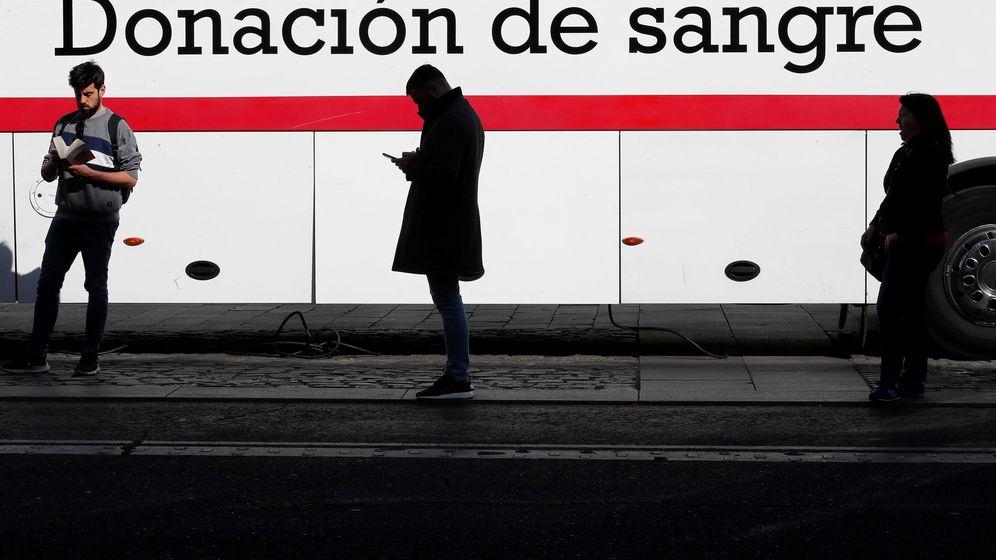 Foto: Colas para donar sangre manteniendo la distancia de seguridad en un centro móvil en Madrid, antes de que se decretase el confinamiento. (EFE)