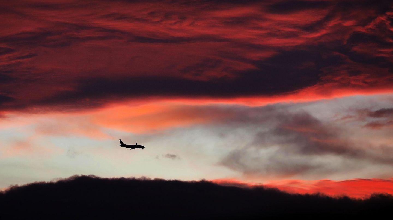 Un avión sobrevuela el cielo de la ciudad de Valencia (EFE)