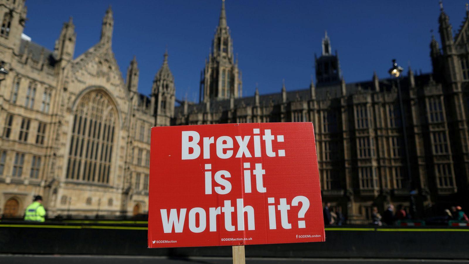 Foto: Una pancarta contra el Brexit ante el Parlamento británico. (Reuters)