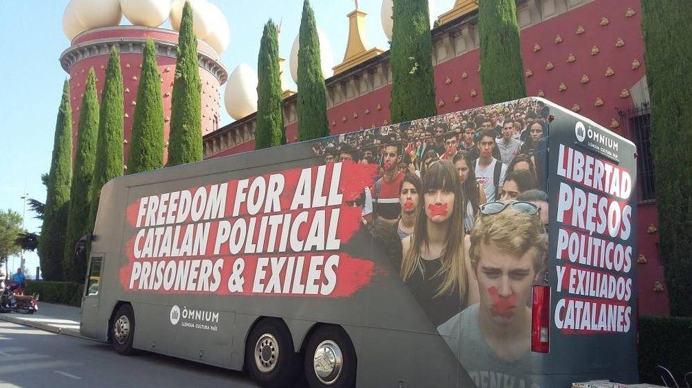 Foto: Uno de los autobuses de Òmnium aparcado a las puertas del Museo Dalí de Figueras. (Twitter @caelumtangi)